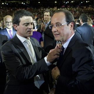 Manuel Valls sait ajuster la cravate de François Hollande et c'est déjà beaucoup !